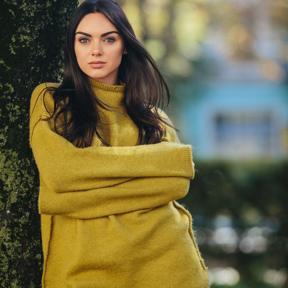 fashion-girl-posing-in-the-park--WS